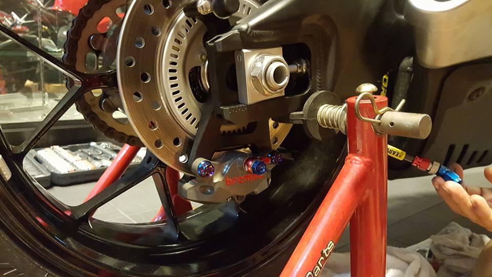 Honda CBR1000RR duoc trang bi nhe mot so do choi hang hieu - 6