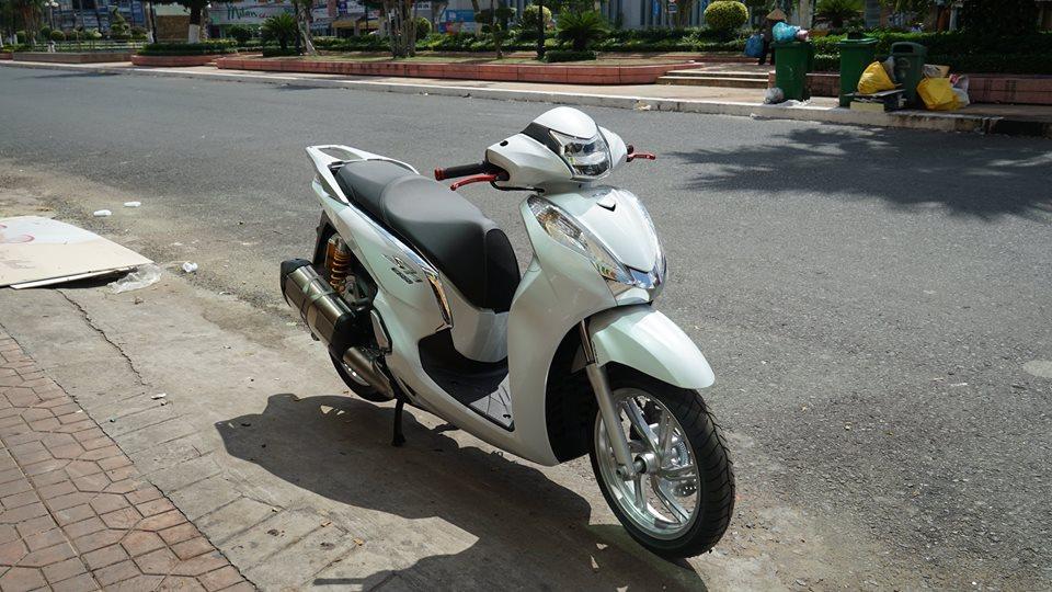 Honda SH300i 2016 vua dap thung da len do choi khung