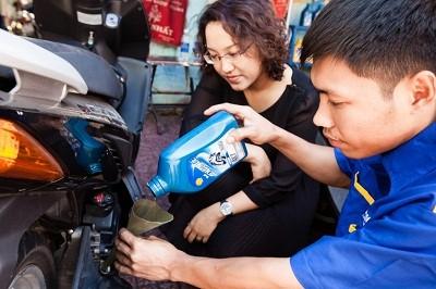 Huong dan Thay nhot xe o nha dung cach - 3