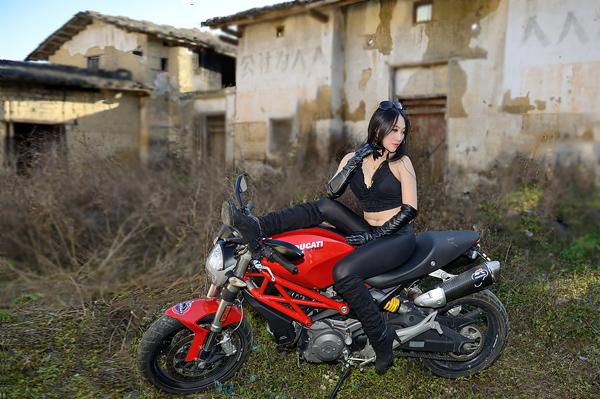 Nguoi dep ca tinh khoe dang cung Ducati Monster 795