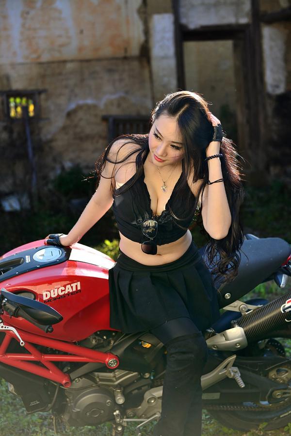 Nguoi dep ca tinh khoe dang cung Ducati Monster 795 - 6