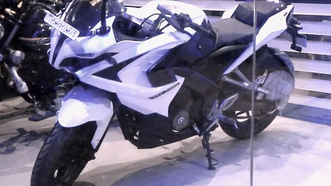 Bajaj Pulsar RS200 mau mo to gia re xuat hien phien ban mau trang moi