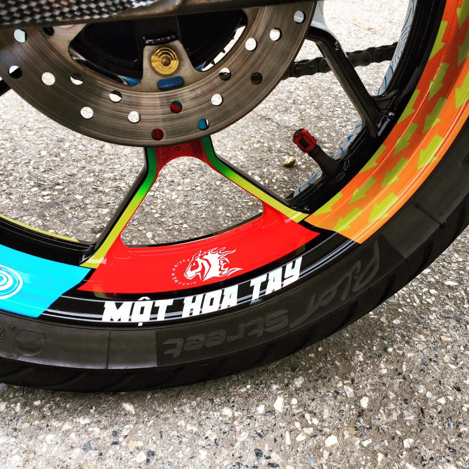 Exciter 150 Son tem dau phong cach Rossi cua biker Ha Thanh - 4
