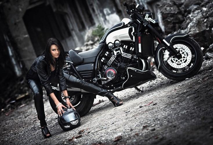 Nu biker ca tinh ben mau xe ham ho Yamaha VMax - 4
