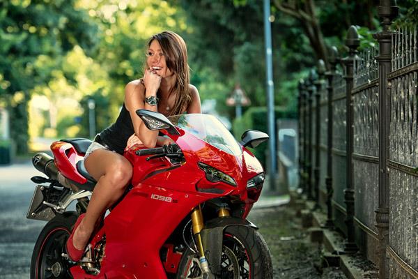 Ve dep rang ngoi cua co mau Tay ben canh sieu xe Ducati 1098S