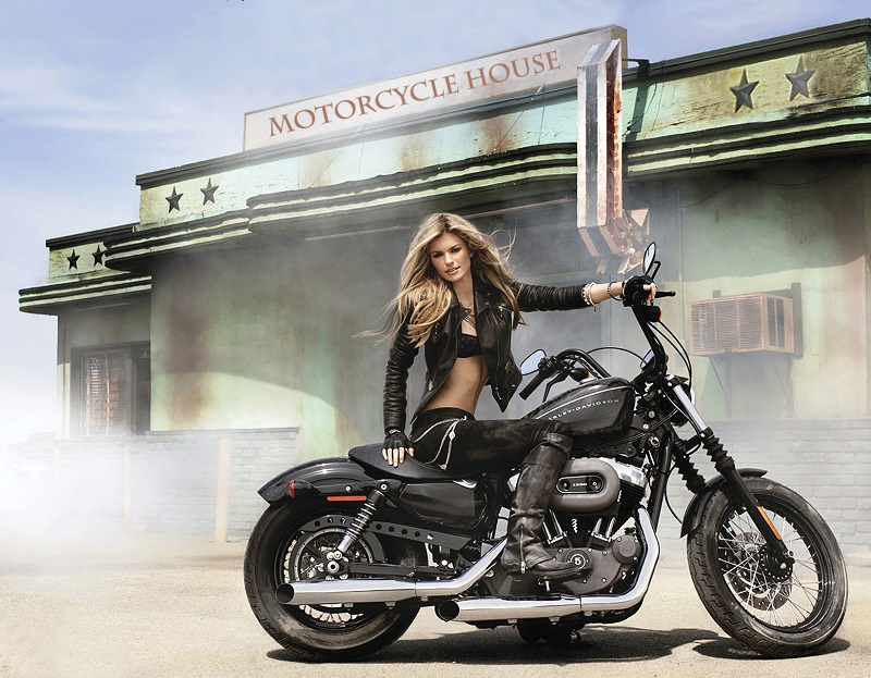 Choi xe moto Phu nu My thich tu xu hoac nho ban be hon la mang den garage - 3