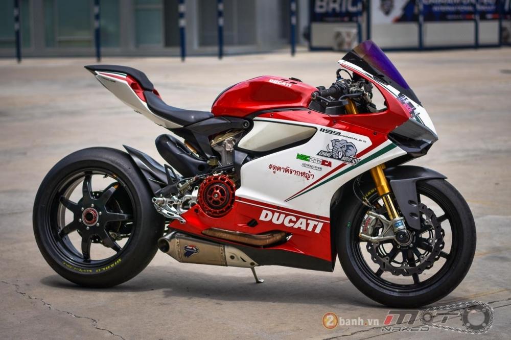 Ducati 1199 Panigale S dam chat choi voi phien ban duong dua - 2