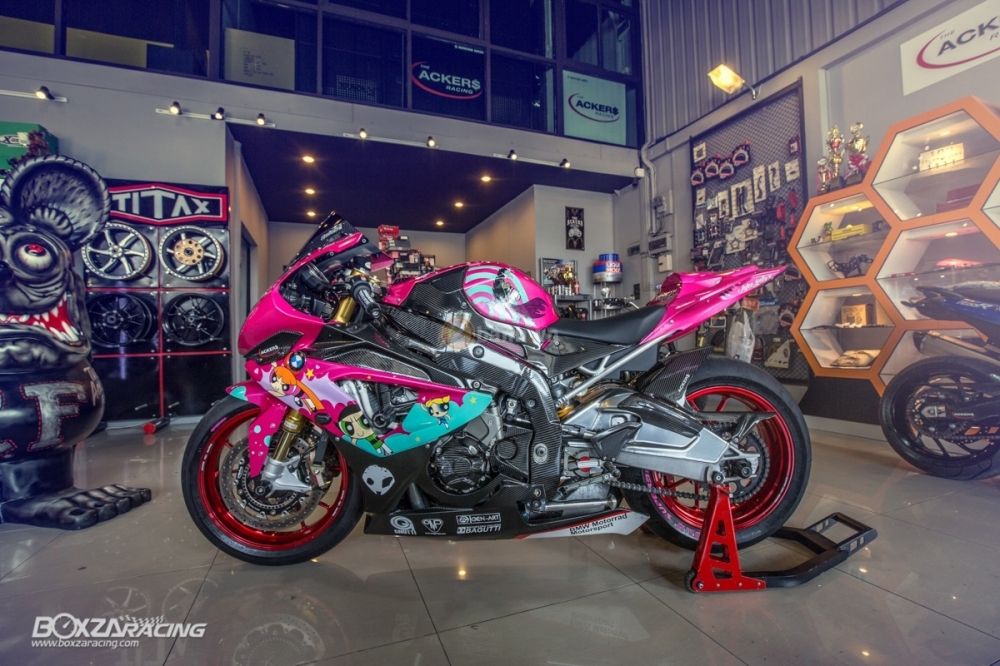 BMW S1000RR so cute voi phien ban do PowerPuff Gril tu The Ackers Racing - 2