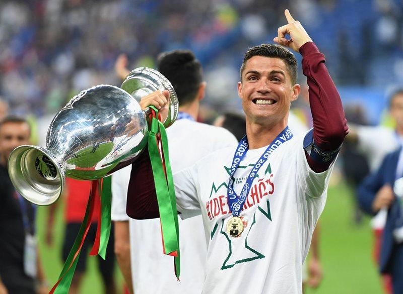 Khoanh khac Ronaldo va cac dong doi ngat ngay tren dinh chau Au - 19