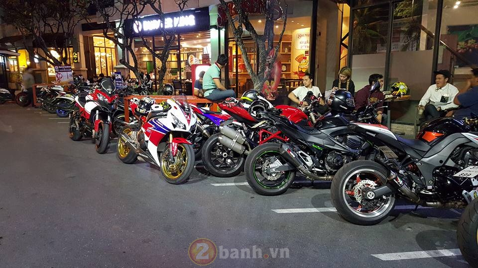 Xao xuyen voi co gai chay BMW S1000RR tren dat Thai - 19
