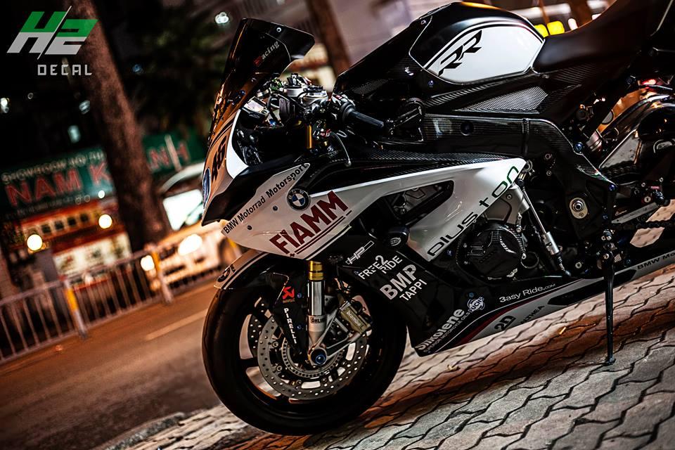 BMW S1000RR dang cap dam chat san dua - 2