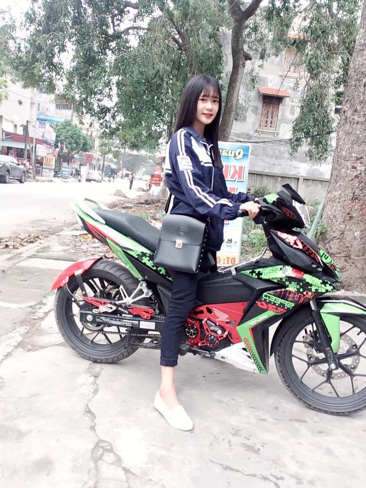 Nu sinh ngot ngao khoe dang ben Winner 150 kieng