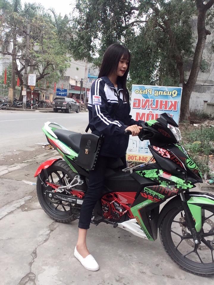 Nu sinh ngot ngao khoe dang ben Winner 150 kieng - 2