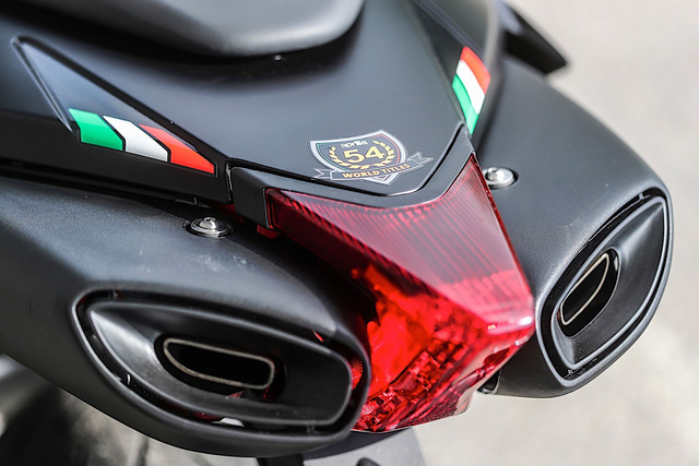 Tan binh Aprilia Dorsoduro 900 2018 Doi thu cua Ducati Hypermotard 939 - 6