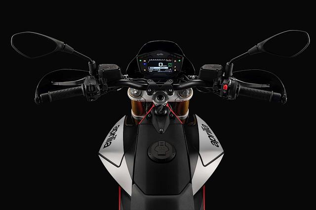 Tan binh Aprilia Dorsoduro 900 2018 Doi thu cua Ducati Hypermotard 939 - 12