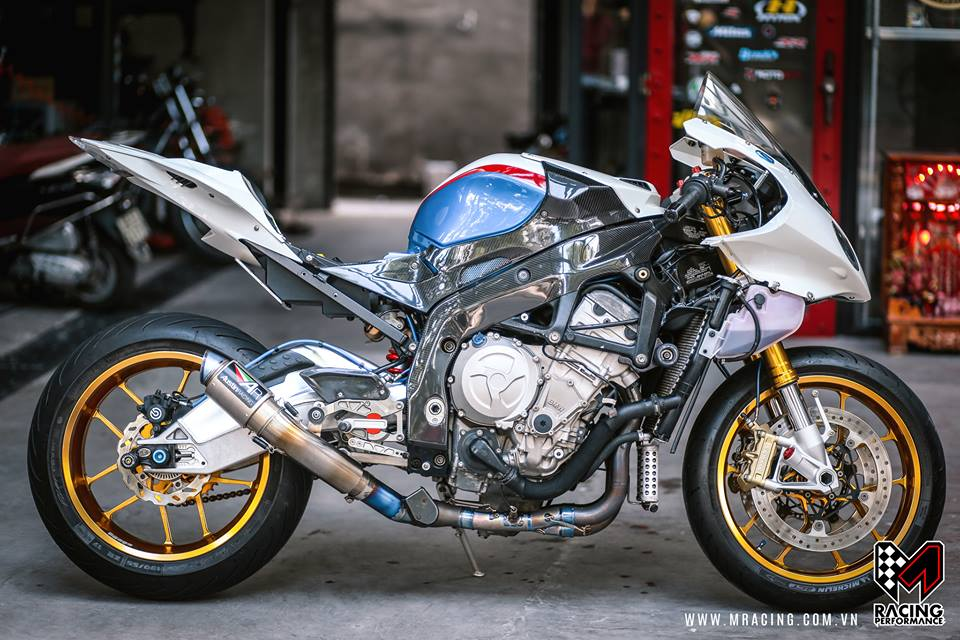 Ca map BMW S1000RR thoat y luc luong duoi gam Garage