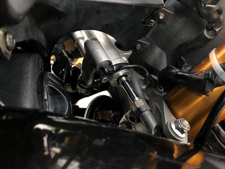 Yamaha R1 cung ngac ben bo canh den tem dau Pramac - 4
