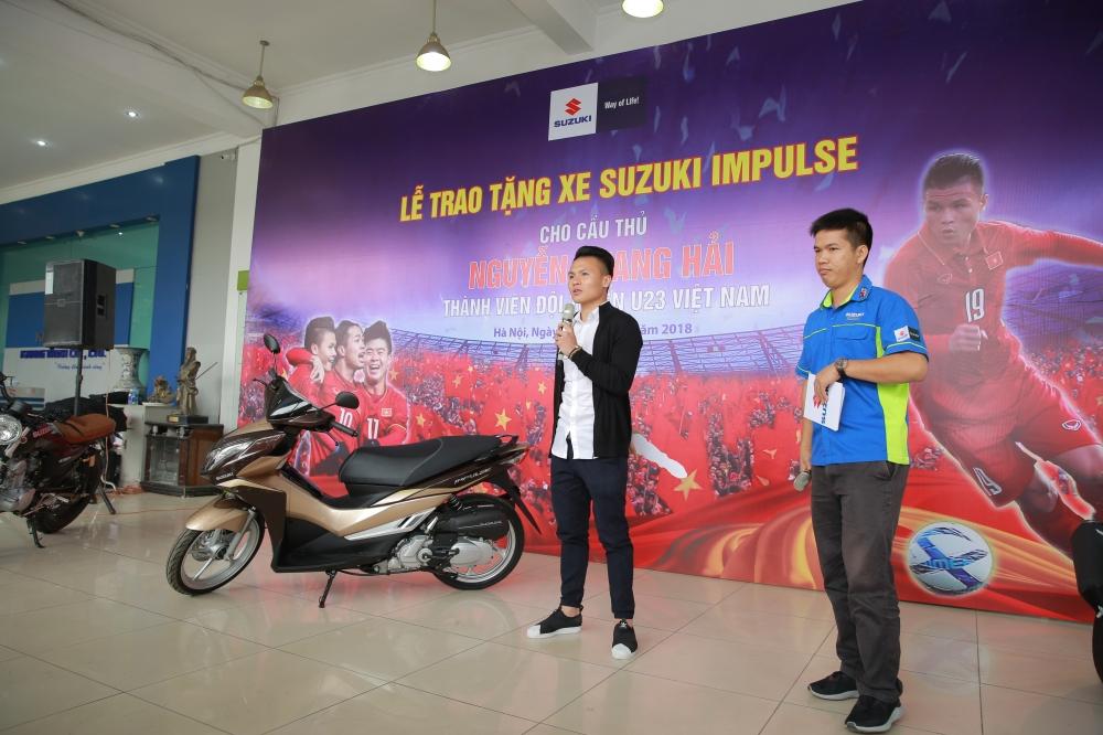 Suzuki trao qua tang cho tuyen thu U23 Nguyen Quang Hai - 2