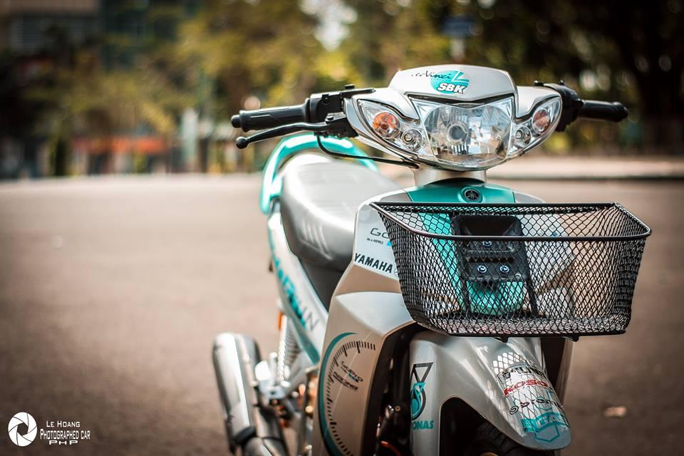 Sirius 110 do mang ve dep gian don tren nen xanh ngoc bich cua biker pho nui
