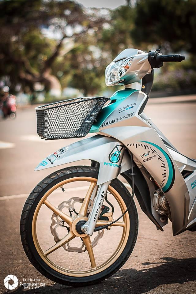 Sirius 110 do mang ve dep gian don tren nen xanh ngoc bich cua biker pho nui - 6