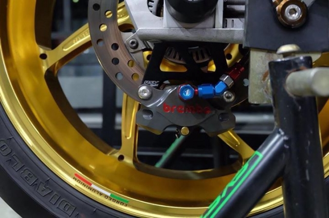 BMW S1000RR ban nang cap tuyet voi theo phong cach HP4 Tricolor - 7