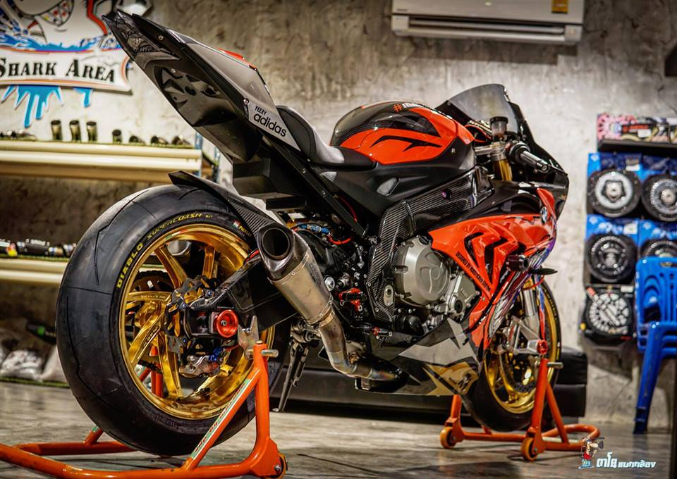 BMW S1000RR dam chat choi voi hinh the ca map Sharks - 8