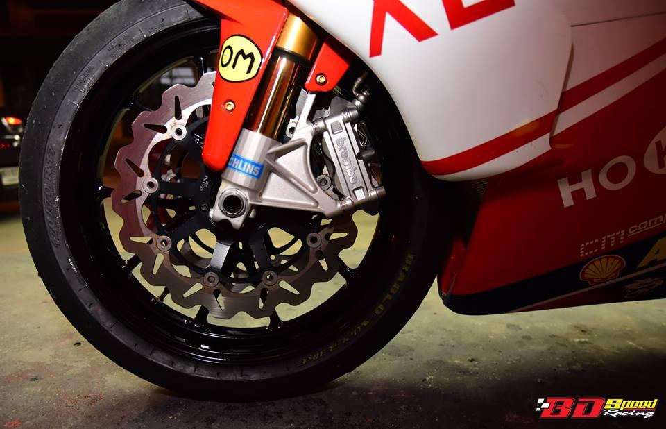 Ducati 749R Mo to huyen thoai Y hoi sinh voi phong cach tem dau Xerox - 20
