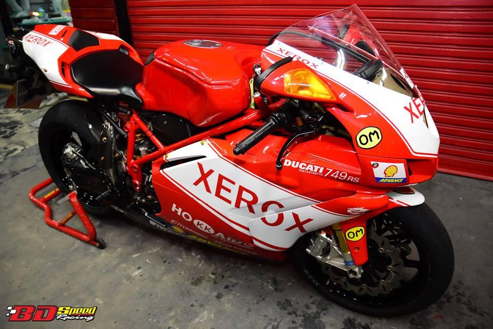 Ducati 749R Mo to huyen thoai Y hoi sinh voi phong cach tem dau Xerox - 30