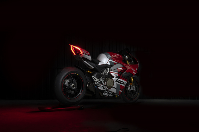Ducati Panigale V4 S hao nhoang voi phong cach tem dau Desmosedici GP - 5