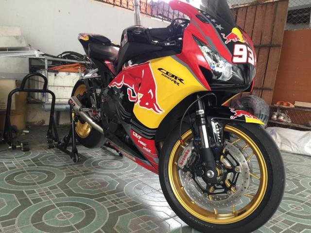Honda CBR1000RR dam chat choi voi bo canh Rebull - 3