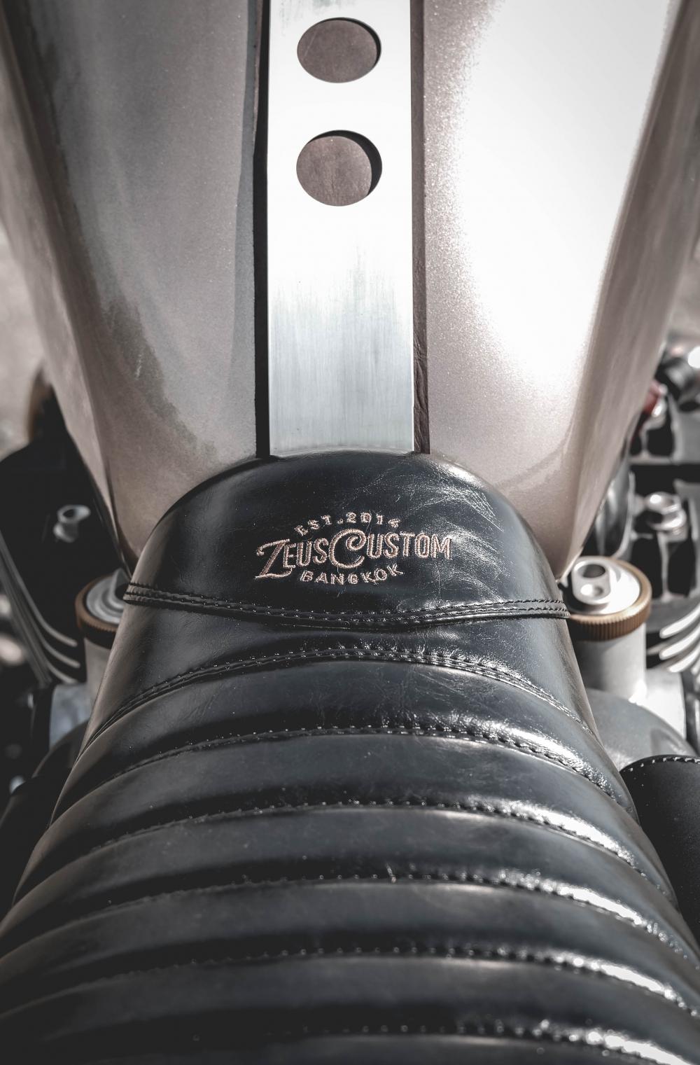 Triumph Bonneville T120 xe do co dien dam chat choi den tu Zeus Custom - 9