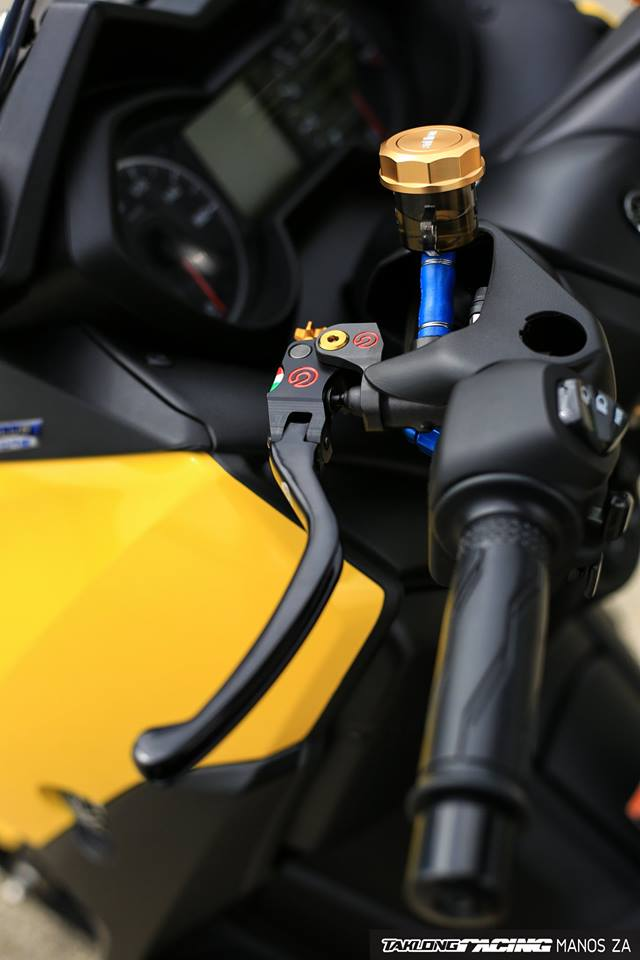 Yamaha XMax 300 chat ngat do dang cung dong bon - 9