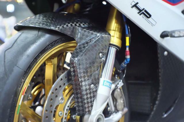 BMW S1000RR hoan thien voi than hinh full Carbon fiber - 7