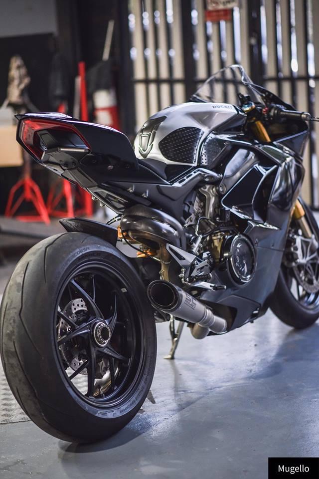 Ducati V4S Panigale ve dep toan nang voi trang bi full Black - 11