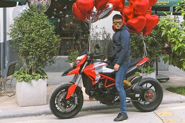 Vo Ha Tinh tang chong Ducati Hypermotard 939 nhan dip ki niem ngay cuoi - 3