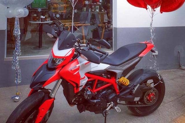 Vo Ha Tinh tang chong Ducati Hypermotard 939 nhan dip ki niem ngay cuoi - 5