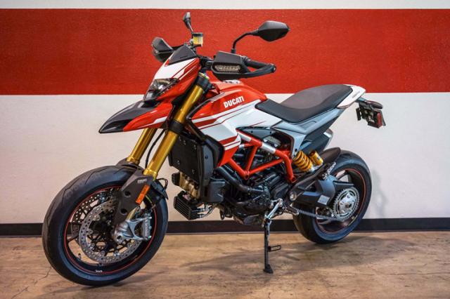 Vo Ha Tinh tang chong Ducati Hypermotard 939 nhan dip ki niem ngay cuoi