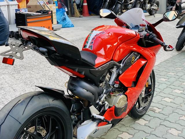 Ducati V4 Panigale ve dep bat chap tu nha tai tro Lightech - 3