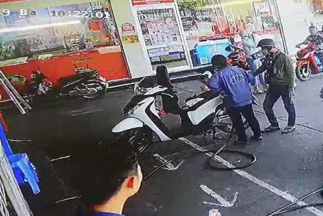 CLIP Thanh nien chay SH dam bam mat gay xuong mui bi cong dong mang truy lung - 2
