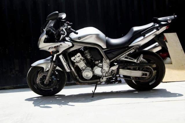 Yamaha Fazer 1000 chay toc do cao tong bien dang duoi o to tai Cau Binh Loi - 5