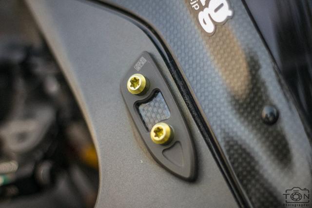 Yamaha R1 do Hung than duong pho luc luong trong dien mao fullblack den tu xu bien - 17