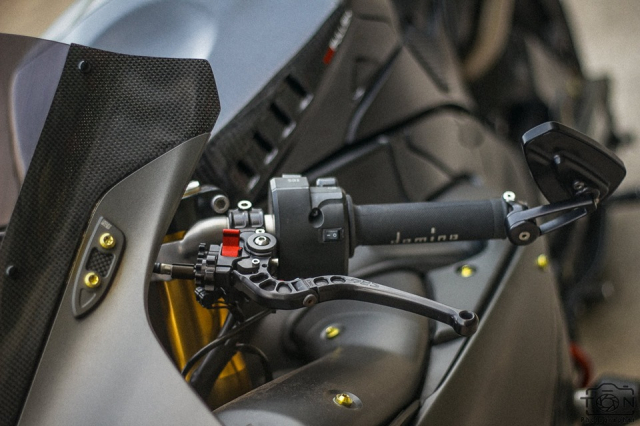 Yamaha R1 do Hung than duong pho luc luong trong dien mao fullblack den tu xu bien - 19