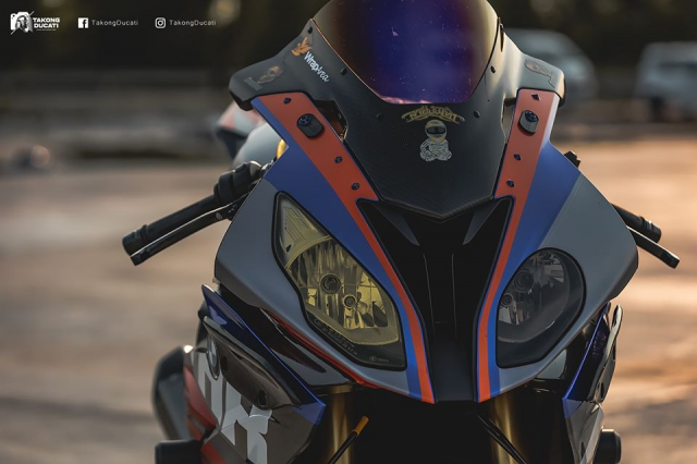 BMW S1000RR do chay bong trong dien mao cuc chat - 4