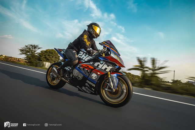 BMW S1000RR do chay bong trong dien mao cuc chat
