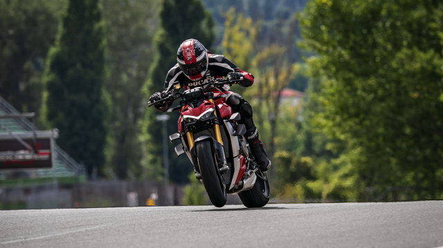 Triumph Speed Triple 1200 RS 2021 va Ducati Streetfighter V4 S tren ban can thong so - 6