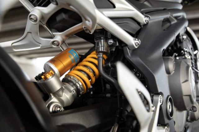 Triumph Speed Triple 1200 RS 2021 va Ducati Streetfighter V4 S tren ban can thong so - 8