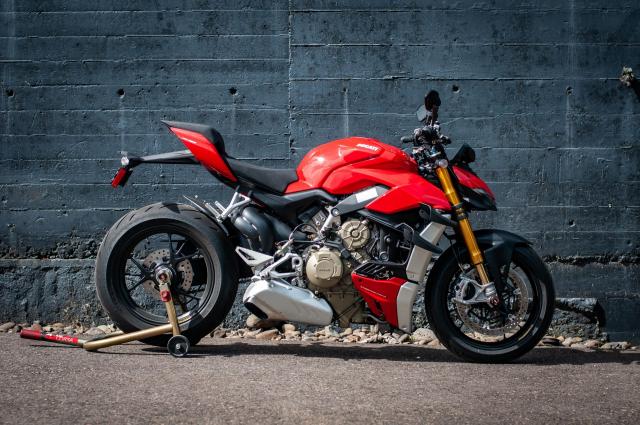 Triumph Speed Triple 1200 RS 2021 va Ducati Streetfighter V4 S tren ban can thong so - 12