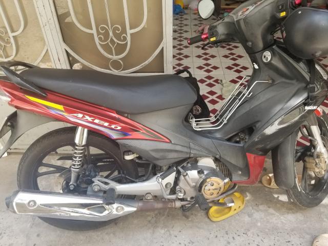 Suzuki Axelo moi may khoe xe dang di lam