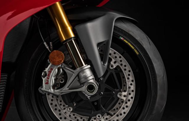 Ducati Panigale V4 S va Aprilia RSV4 Factory 2021 tren ban can thong so - 7