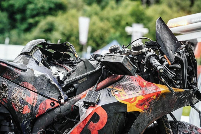 Hinh anh ve chiec xe dua KTM cua Dani Pedrosa boc chay ai cung ron nguoi - 7